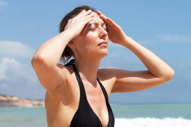 Тепловой удар может возникнуть у любого человека, подвергшегося длительному воздействию высокой температуры окружающей среды. Такой температурой принято считать 40°С и выше, хотя на самом деле серьезный риск перегрева возникает уже при 35°С