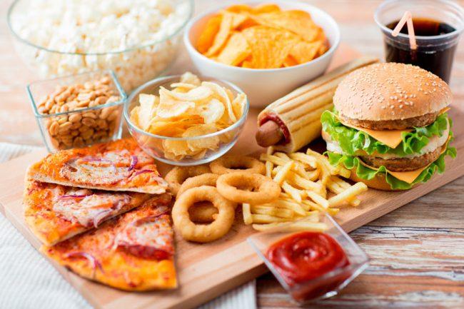 Простые углеводы - это моносахариды и дисахариды. Их основа - глюкоза и фруктоза. Они содержатся в молоке, фруктах, в кондитерских изделиях и некоторых овощах