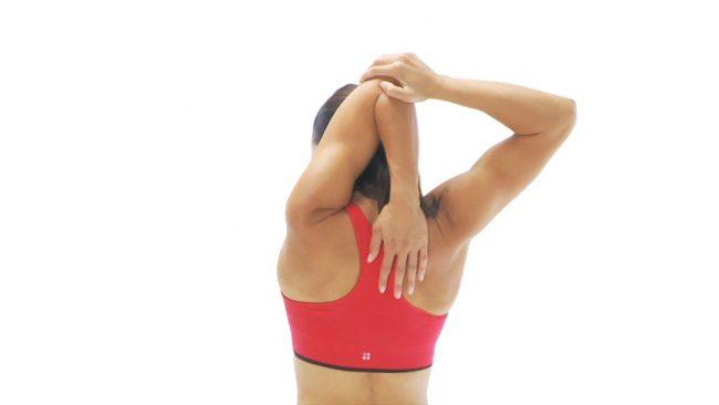 Чтобы потянуть трицепсы, бицепсы и спину, следует поднять руку вверх и опустить ладонь за спину