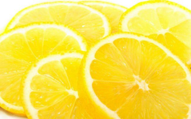 Чтобы снять боль, можно сделать компресс — вымытый лимон нарезать на кружочки и обложить ими больные вены, сверху накрыть компрессной бумагой и закрепить бинтами. На протяжении дня несколько раз менять лимон, но обычно для снятия боли вполне достаточно одного компресса