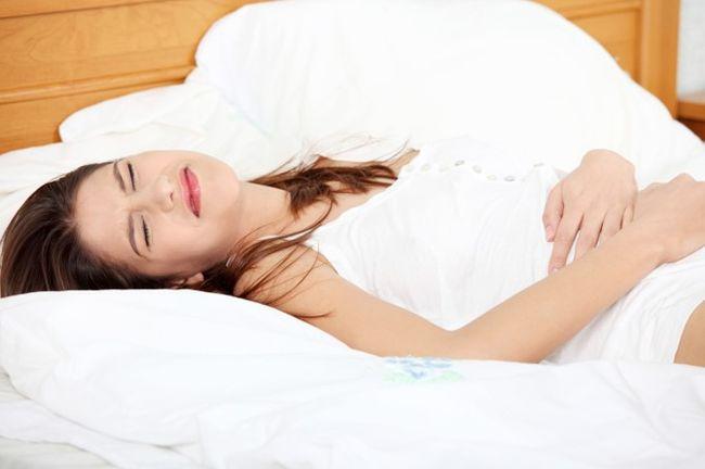 При разрыве маточной трубы женщина ощущает острые боли внизу живота