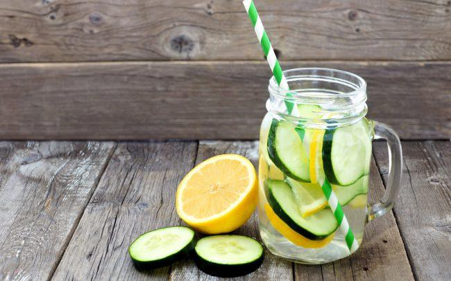 Воду с лимоном рекомендуют пить через трубочку, поскольку кислый напиток способен разрушающе воздействовать на зубную эмаль