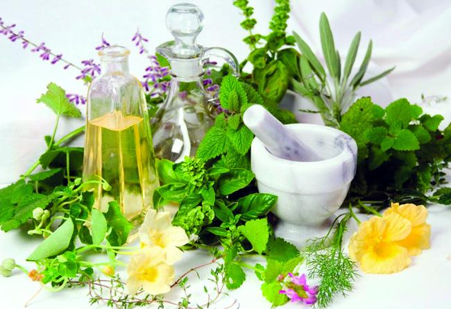 Народная медицина также имеет свои рецепты для лечения водянки яичка. Лечение, в основном, заключается в использовании различных травяных отваров, чаев, примочек и компрессов