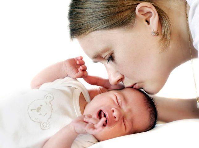 Наличие патологии волчьей пасти вызывает трудности и неприятности у малыша уже с момента появления на свет, так как при родах существует вероятность попадания в дыхательные пути околоплодной жидкости