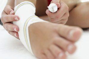 Препарат уменьшает острую боль уже через 1 час после нанесения. Благодаря водно-спиртовой основе препарат оказывает также местно анестезирующее и охлаждающее действие
