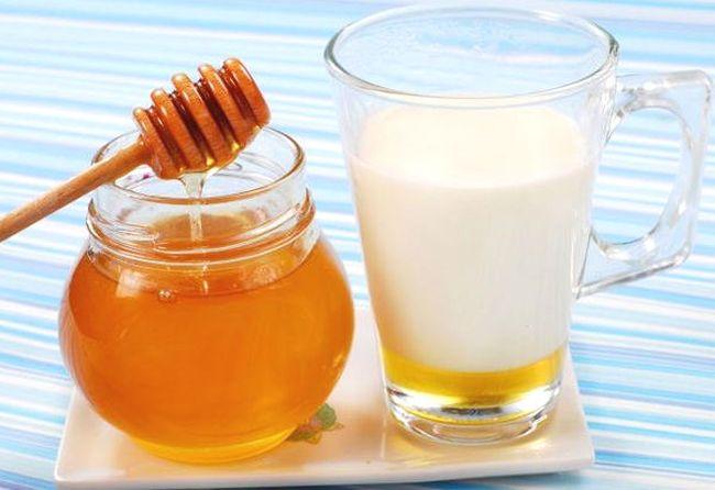 При заболевании кишечника рекомендуют пить молоко с медом