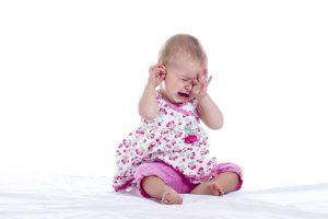Если ваш ребенок плаксив, имеет повышенную температуру, нужно обратиться к врачу, чтобы исключить отит