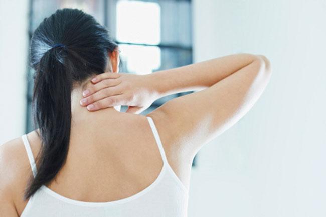 Проблемы с защемлением нерва в шейном отделе позвоночника довольно частая проблема, а интенсивность боли гораздо сильнее, чем при защемлении нервов в других отделах