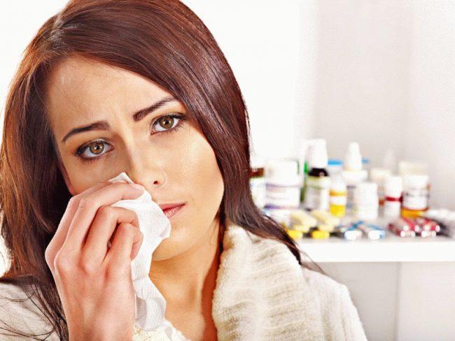 Выделение слизи – очередной этап развития заболевания. Слизь содержит мертвые клетки бактерий и части вирионов. На этой стадии появляется насморк или ринорея – течение из носа большого количества слизи. Этот процесс может сопровождаться заложенностью и отеком слизистой