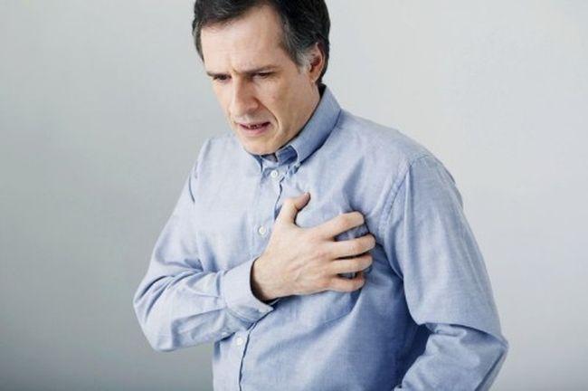При завороте сигмовидной кишки могут наблюдаться проблемы с работой сердца