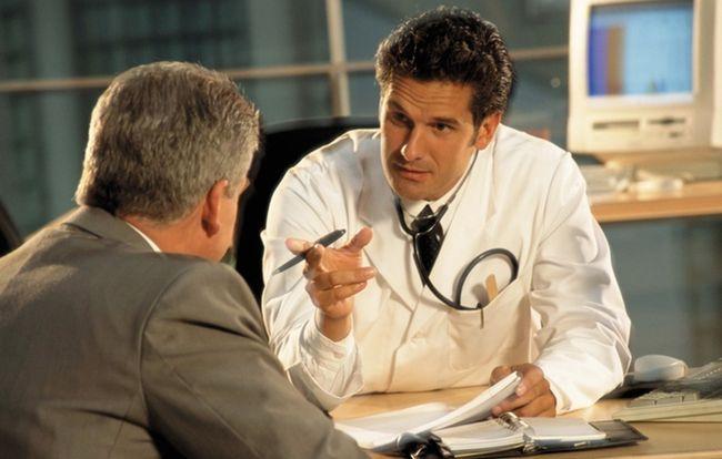 При первых подозрениях на заворот кишок необходимо обратиться к врачу, который проведет опрос и назначит сдачу анализов и диагностику
