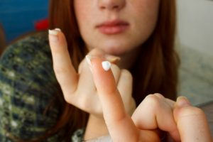 Крем Зовиракс помогает значительно облегчить первые симптомы на начальной стадии заболевания