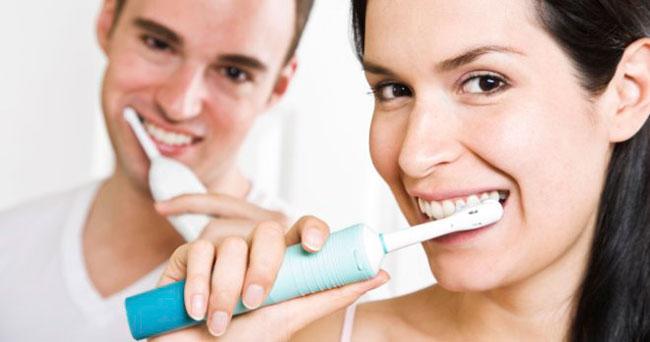 Регулярные посещения стоматолога позволят вовремя заметить первые признаки заболевания и провести оперативное лечение и чистку зубов