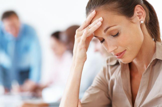 Зуд в ушах может сопровождаться головными болями