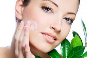 Осторожно нанести крем-гель толстым слоем на лицо и выдержать примерно два часа. По прошествии этого времени промыть лицо тёпленькой водой