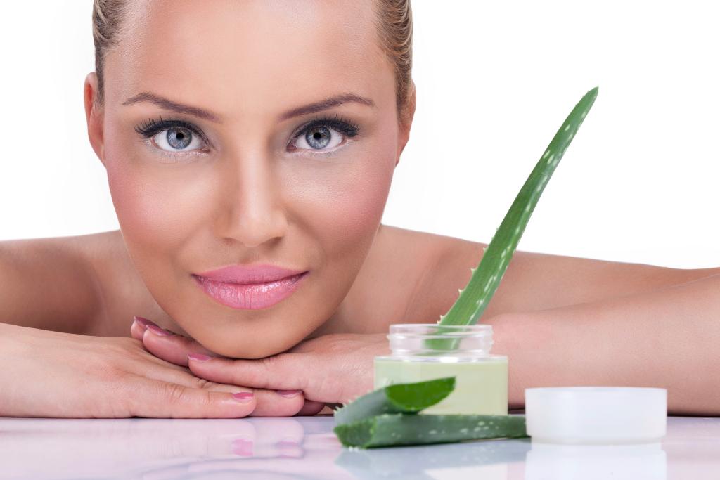 На основе алоэ изготавливается множество косметических средств для восстановления и поддержания тонуса и молодости кожи лица, рук, тела