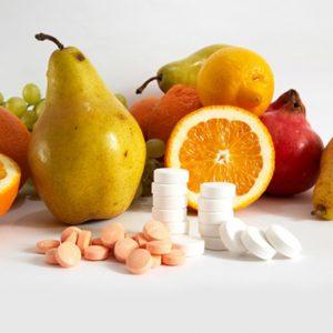 Аскорбиновая кислота (витамин С) – средство, которое укрепляет иммунитет. В холодное время года его нужно больше, поэтому, помимо употребления продуктов, богатых этим витаминов, можно принимать витамин в таблетированной форме. Однако важно не переборщить, поэтому следует точно соблюдать дозировку