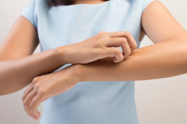 Если у пациента присутствуют аллергические реакции, следуют отказаться от использования мази Ауробин, так как входящий в состав мази лидокаин относится к аллергенам