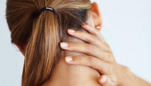 Головная боль в затылочной части - один из первых признаков простуды, она возникает в начале заболевания