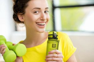 Вода с лимоном является средством для похудения. Диетологи советуют употреблять напиток всем тем, кто желает подкорректировать фигуру