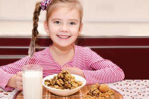 Содержащиеся в орехах полезные вещества обладают противовоспалительным эффектом. Они помогают укрепить иммунитет ребенка и бороться с инфекциями разного типа