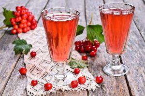 Восстановить организм после потери крови поможет настойка калины на спирту