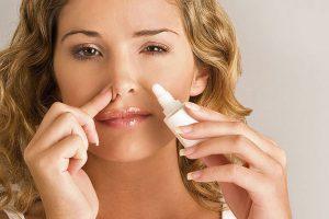 В большинстве случаев насморк является симптомом бактериального поражения носоглотки, в этом случае актуально проводить лечение каплями с антибиотиком