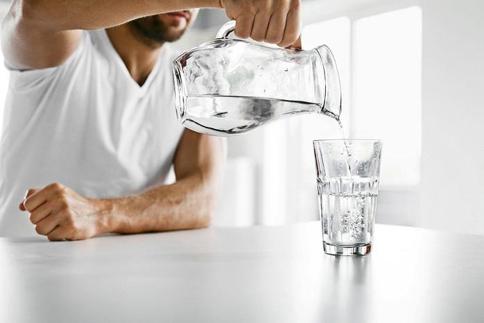 Минеральная вода очень полезна для организма человека. Однако далеко не всем ее можно употреблять - обязательно учитывайте свои хронические заболевания и проконсультируйтесь с врачом перед употреблением лечебной минеральной воды