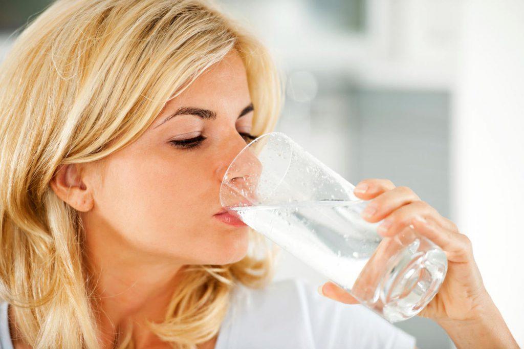 При употреблении минеральной воды обязательно необходимо учитывать нюансы своих хронических заболеваний, а также правила приема минералки