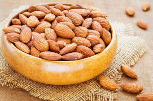 Миндаль часто называют королевским орешком, хотя в науке он считается косточковым плодом
