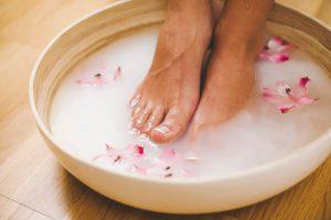 Ванночки для ног могут выступать как основным лечением, так и подготовкой перед нанесением лечебного препарата