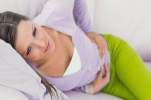 При возникновении диареи, тошноты и повышенной температуры лучше вызвать врача, чтобы избежать осложнений тяжелых инфекционных заболеваний типа сальмонеллеза и подобных