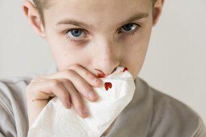 Среди множества симптомов патологии выделяют затрудненное дыхание, головные боли и носовые кровотечения