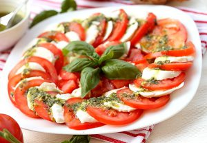 Помидоры, моцарелла, зеленый базилик и лучшее оливковое масло - салат капрезе с неповторимым и особенным вкусом