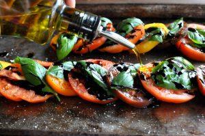 Салат из помидоров или овощи-гриль – это легкое и вкусное летнее блюдо, приготовить которое не составит никакого труда даже начинающему кулинару