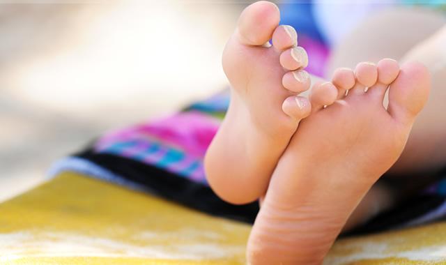 Трещины на пятках можно лечить и в домашних условиях средствами народной медицины