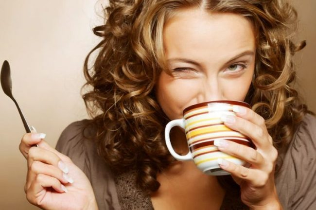 Общеизвестно, что в зеленом чае может содержаться кофеина больше чем в кофе. Вообще он приводит к возбуждению нервной системы, в связи с чем у людей с истощением нервной системы могут возникнуть проблемы со сном и упадок сил без видимой на то причины. Перед сном зеленый чай лучше вообще не пить- рискуете столкнуться с бессонницей
