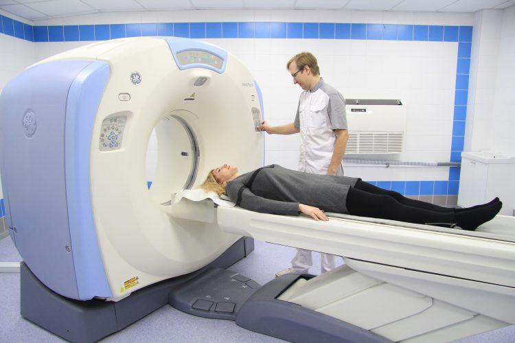 Пациент, поступающий на компьютерную томографию.