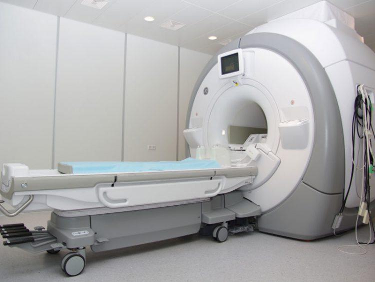 Аппарат МРТ представляет собой трубчатую машину, которая использует магнитное поле, радиоволны и компьютер для преобразования сигналов от тела в изображения органов и структур тела.