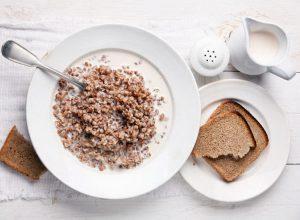 Дневная норма потребления гречки зависит от меню и количества дней диеты. Чем разнообразнее рацион, тем меньше гречки вам придется употреблять