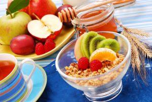 Последиетическое меню должно быть более разнообразным, но по-прежнему оставаться низкокалорийным. Постепенно вводите в свой рацион молочные продукты, куриные яйца, хлеб, овощи, фрукты, мясо и рыбу