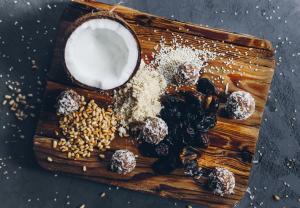 Чаще всего финики употребляют в виде десерта, удалив косточки, или начиняют орехами, марципаном, цукатами и сырами