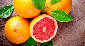 Citrus paradisi (латинское название растения) - субтропическое вечнозеленое дерево. Относится оно к роду Цитрус. Предполагается, что грейпфрут появился, как гибрид двух других растений, помело и апельсина