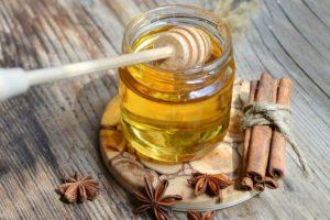 Смесь корицы с мёдом содержит множество необходимых микроэлементов и витаминов, это сочетание могут использовать даже люди, страдающие диабетом. За месяц регулярного употребления мёда с корицей можно потерять до 7 кг веса