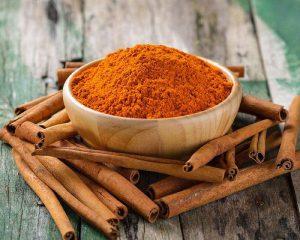 Корица – приправа из высушенной коры вечнозелёного тропического дерева семейства лавровых. Её обычно добавляют в выпечку, горячие напитки, мясные блюда и каши