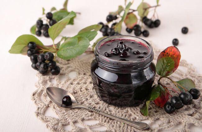 Варенье из черноплодной рябины нормализует работу желудочно-кишечного тракта, снижает уровень артериального давления, повышает защитные силы организма