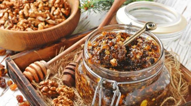 Для укрепления иммунитета применяют смесь: орехи, изюм, курага, мед и барсучий жир