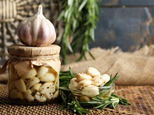 Чеснок можно употреблять в маринованном виде. При мариновании сохраняются все витамины и микроэлементы