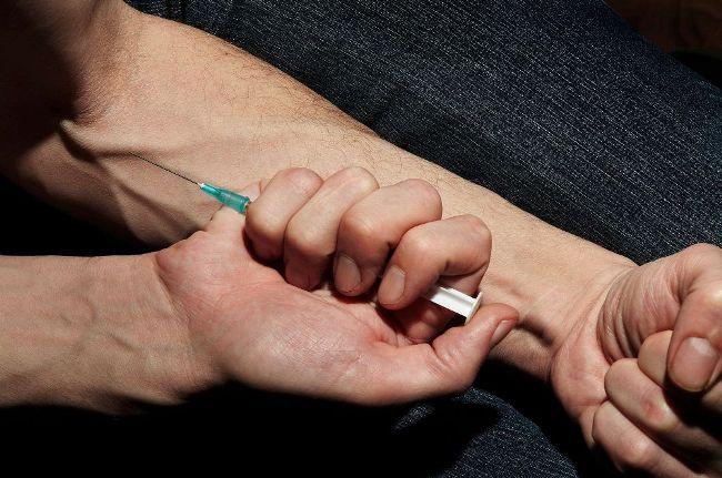 Введение наркотиков нестерильным шприцом с зараженной иглой - самый частый путь заражения гепатитом С