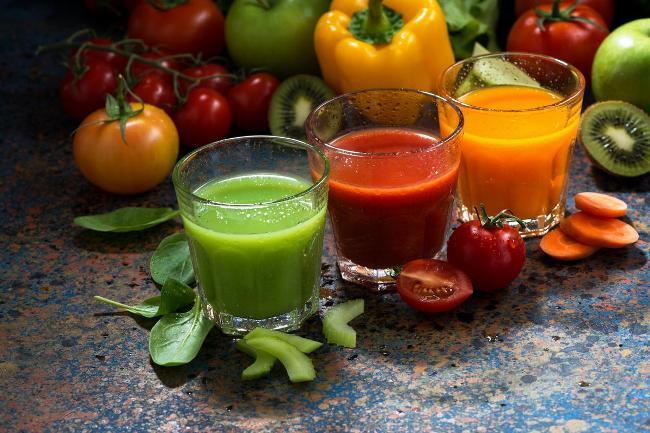 Если у женщины густая кровь - ей нужно пить свежевыжатые соки: апельсиновый, томатный, морковный